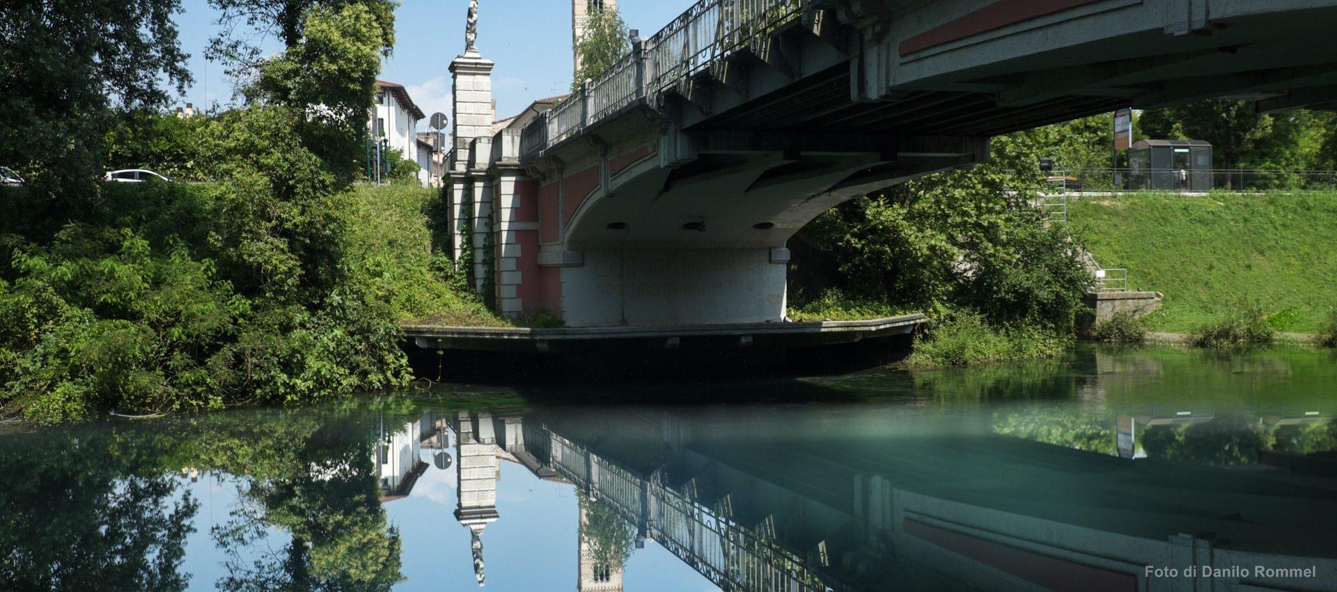 Vista dal basso verso l'alto sul fiume Noncello a Pordenone e sul ponte pedonale di Adamo e Eva