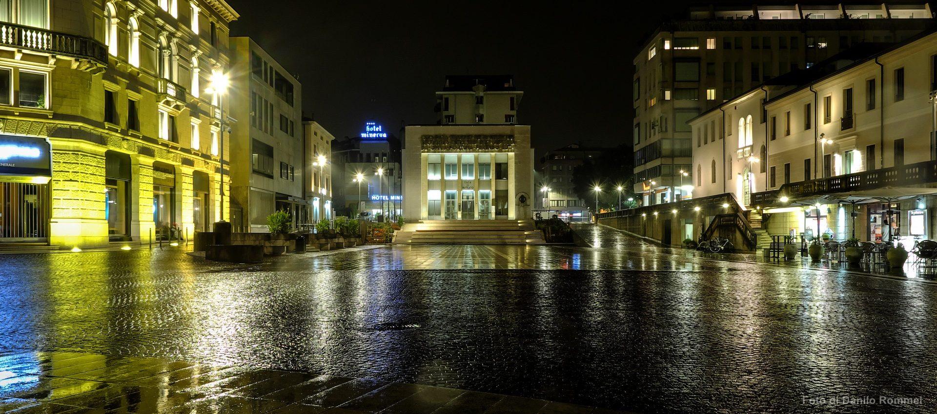 Piazza XX settembre di notte in centro a Pordenone