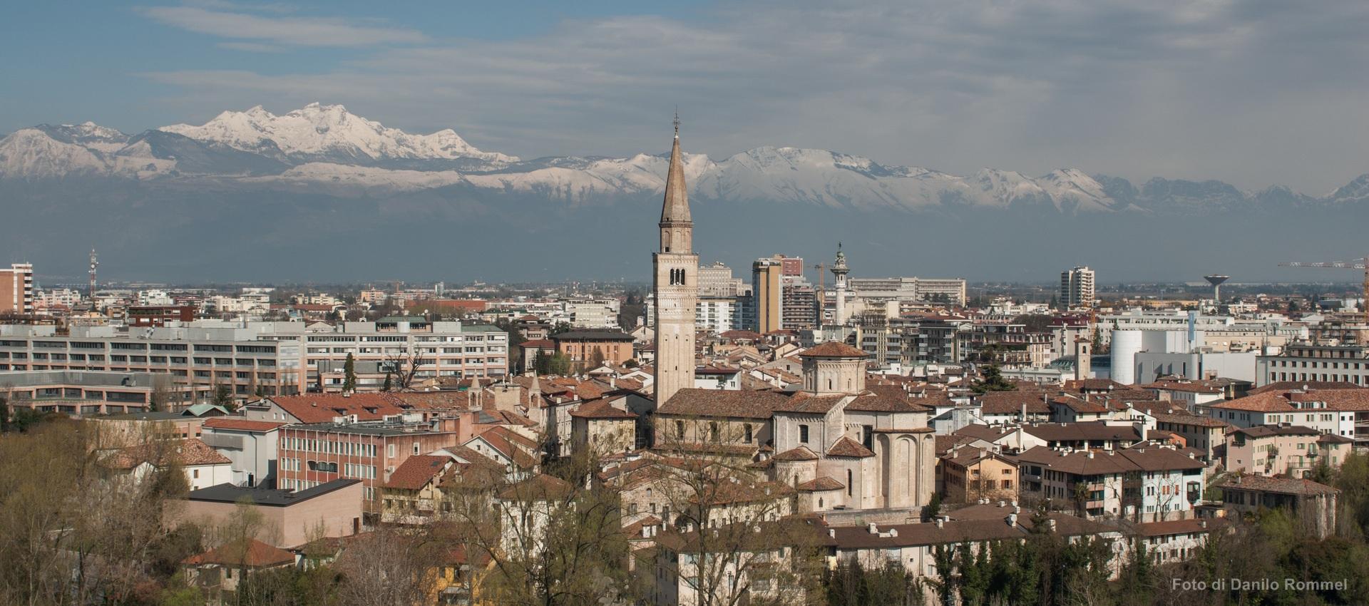Vista su Pordenone dall'alto con campanile di San Marco e montagne innevate sullo sfondo