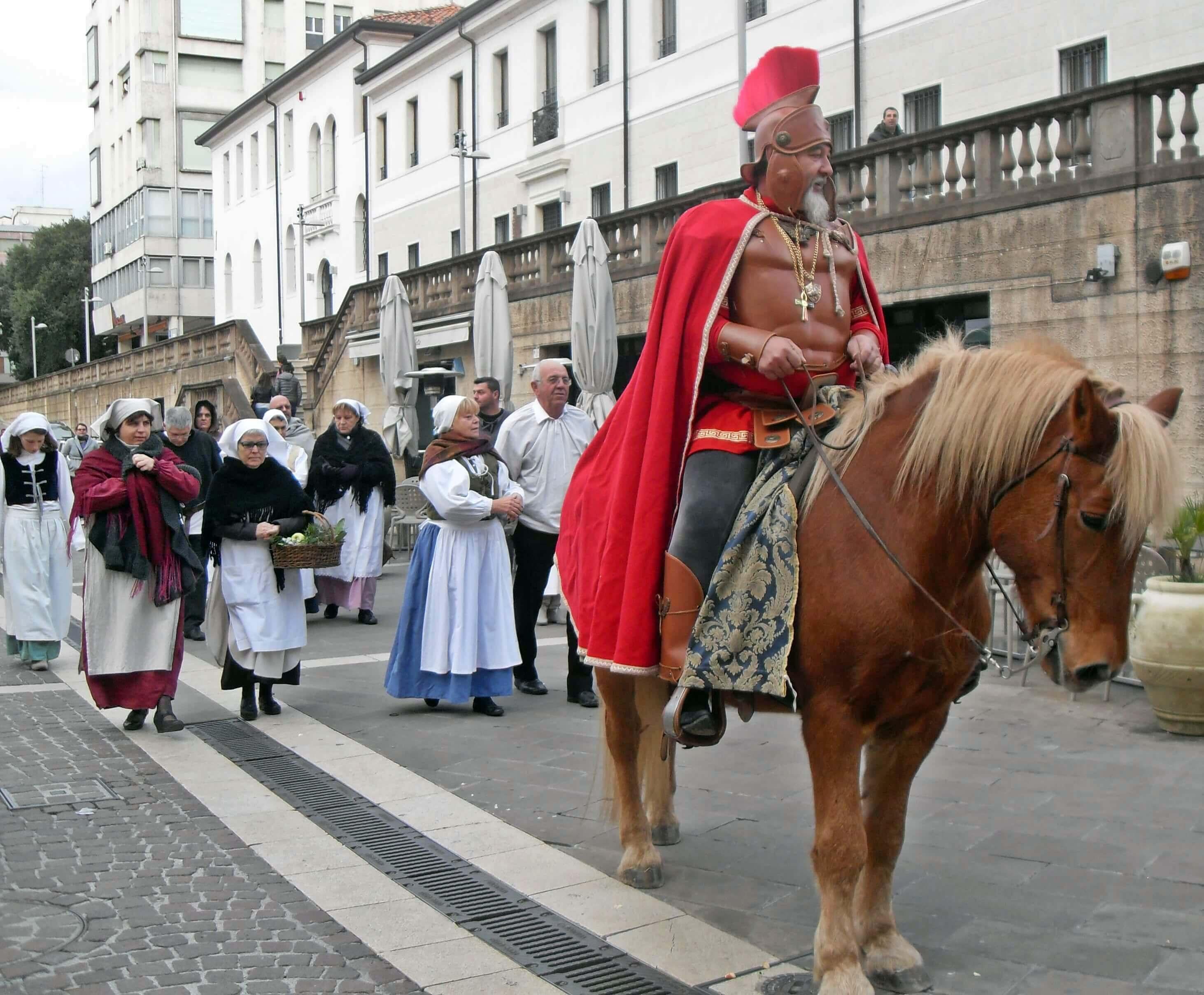 Rievocazione di San Martino a cavallo con il mantello rosso