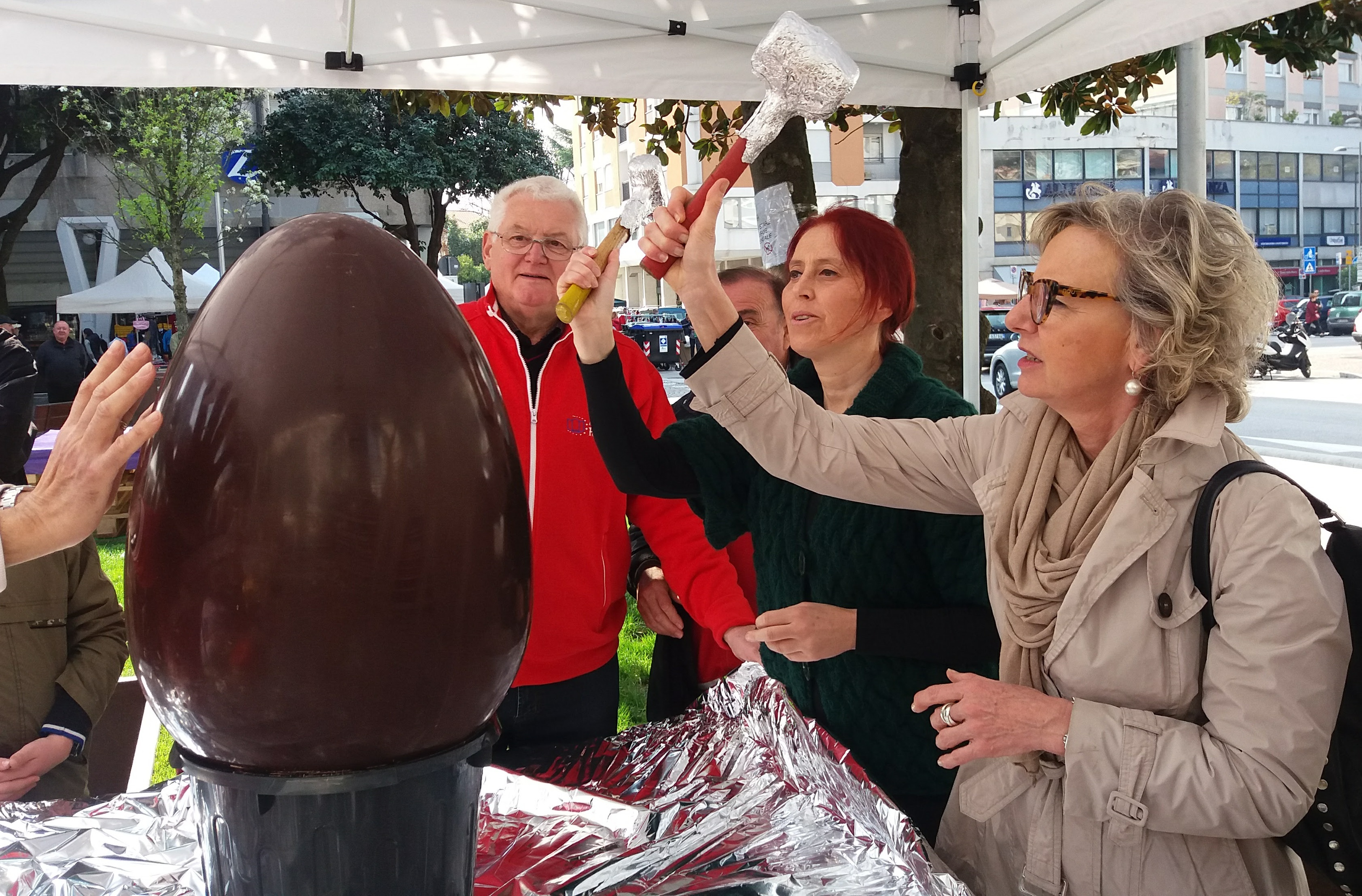 Apertura Uovo Pasquale Di Cioccolato Alla Presenza Delle Autorità